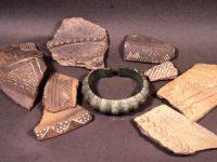 Bronze-Armreif und verzierte Keramik