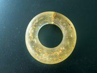 Ring aus gelbgrünem Glas